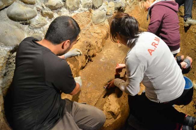 Trabajos durante la exhumación de Claudio Macías, enterrado en la bodega de su casa en Villalibre. (Foto: Quinito)