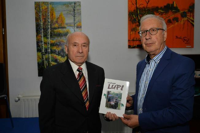 José Cruz Vega presenta su libro, junto al pintor Lupicinio Hernández. (Foto: Quinito)